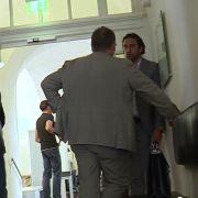 Im Oberlandsgerichtshof München berät sich der ehemalige Bayern Profi noch mit seinem Anwalt.
