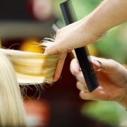 Friseurin ätzt Mädchen Kopfhaut weg (Foto)