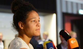 Fußball-Nationalspielerin Celia Sasic gibt am 06.07.2015 ein Interview. (Foto)