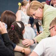 Scharfe Reaktionen auf Merkels Begegnung mit Flüchtlingskind (Foto)