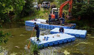 Suche nach Elias: Mitarbeiter des Technischen Hilfwerkes und Polizisten hantieren in Potsdam mit Bauteilen für ein Floß. (Foto)