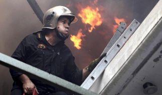 Starke Winde behindern die Löscharbeiten der Waldbrände im Umland von Athen. Weitere Feuer sind auf der Halbinsel Peloponnes ausgebrochen. (Foto)