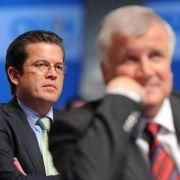 Seehofer wünscht sich Guttenberg in der CSU zurück (Foto)