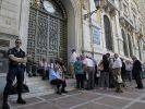 Griechische Rentner warten vor der Nationalbank in Athen. Die Banken waren drei Wochen zwangsweise geschlossenen. (Foto)