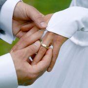 Herzergreifend: Krankenpfleger heiratet seine 4-jährige Patientin! (Foto)