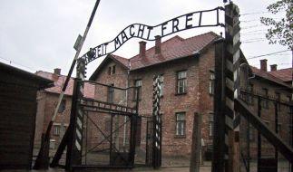 """Der Eingang zum Stammlager des ehemaligen KZ Auschwitz in Oswiecim, Polen. Über dem Tor stehen die berüchtigten Worten """"Arbeit Macht Frei"""". (Foto)"""