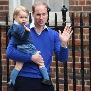 Prinz George hat schon viel von seinem Papa gelernt, vor allem das royale Winken. Das kam gleich zum Einsatz, als er Mutter und seine neugeborene Schwester im St. Mary's Krankenhaus besuchte.