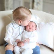 Prinz George konnte seiner Schwester Charlotte beim gemeinsamen Foto-Shooting auch gleich beweisen, wie lieb er sie hat.