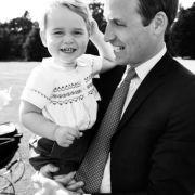 Die Taufe von Schwester Charlotte war der bisher letzte große Termin von Prinz George. Der hatte bei dem Termin sichtlich viel Spaß auf Papas Arm. Vielleicht war er auch froh, dass er mal nicht im Mittelpunkt stand?