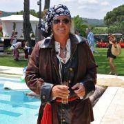 Als echte Piraten verfügen Robert und ...