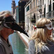 Das Lieblingshobby der Familie? Neben schnellen Autos wäre da vor allem das Reisen - gerne auch inkognito. Aber wichtig: Immer eine Sonnenbrille auf der Maske tragen. Ist noch unauffälliger.