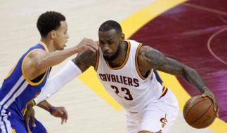LeBron James (r.) im Spiel der Cleveland Cavaliers gegen die Golden State Warriors. (Foto)