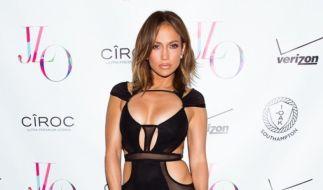 Das kleine Schwarze, das Jennifer Lopez an ihrem Geburtstag trug, hat strategische Cutouts, die die Vorzüge der 46. Jährigen betonen. (Foto)