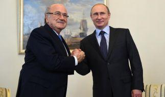 """Sepp Blatter und Wladimir Putin beim freundschaftlichen """"Handshaking"""". (Foto)"""