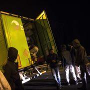 Tausende Migranten stürmen den Eurotunnel (Foto)