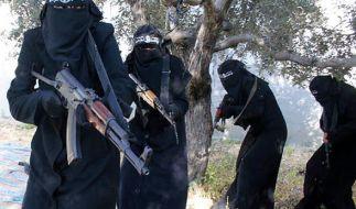 """Screenshot eines Propagandavideos der IS-Miliz: Voll verschleierte Frauen mit Gewehren, die angeblich der Al-Chansaa-Brigade (""""Gazellen""""-Brigade) angehören, einer IS-Kampfeinheit, die nur aus Frauen besteht. (Foto)"""