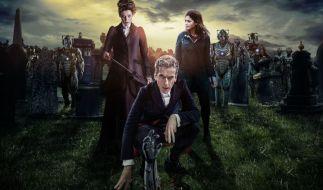 Doctor Who (Peter Capaldi, vorn) und Clara (Jenna Coleman, rechts) müssen sich auch in der neunten Staffel vielen Abenteuern entgegen stellen. (Foto)