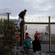 Flüchtlinge drängen weiter in Scharen zum Ärmelkanaltunnel (Foto)