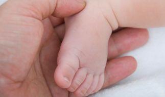 In China ließ eine Frau ihre neugeborene Tochter auf der Toilette zurück. Das Mädchen steckte kopfüber in einem Abflussrohr fest. (Foto)