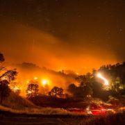 Rückschlag in Kalifornien:Feuer springt über Highway (Foto)