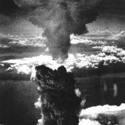 Bei der Explosion der Atombombe von Nagasaki stieg eine 18.000 Meter hohe pilzförmige Rauchwolke über der Stadt auf.