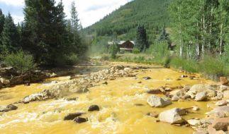 Der an die Mine angrenzende Fluss färbte sich aufgrund von austretendem Abwasser gelb. (Foto)