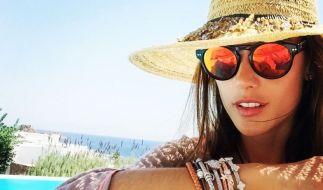Victoria's-Secret-Model Alessandra Ambrosio sieht rot: Sie trägt diesen Sommer ein Sonnebrillen-Modell mit sehr speziellen Gläsern. (Foto)