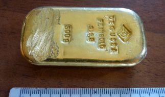 Diesen Goldbarren fand eine Urlauberin beim Baden in zwei Metern Tiefe. (Foto)