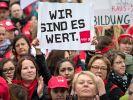 Kita-Erzieherinnen und Sozialarbeiter demonstrieren in Düsseldorf. (Foto)