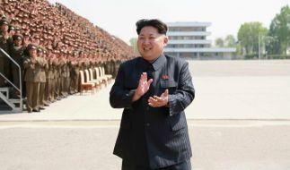 Lässt sich für seine Taten gern beklatschen: Nordkoreas Staatschef Kim Jong Un hat einem südkoreanischen Medienbericht zufolge den stellvertretenden Ministerpräsidenten Choe Yong Gon hinrichten lassen. (Foto)