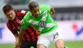 Der Wolfsburger Ricardo Rodriguez (r) und Frankfurts Aleksandar Ignjovski kämpfen um den Ball. (Foto)