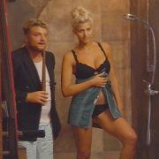 ...das Posen hat das blonde Hoppel-Häschen allerdings drauf.