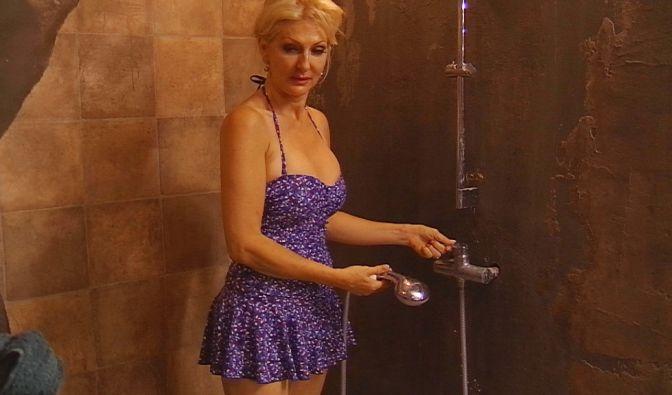 Desiree Nick ist ein alter Hase im Showgeschäft und muss daher nicht mehr mit nackten Tatsachen überzeugen. Im schicken Badekleid macht sie dennoch eine gute Figur.