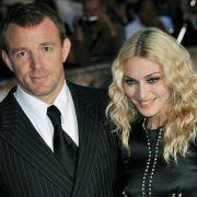Bei diesem Paar musste die Frau zahlen: Madonna und Guy Ritchie. Nach acht Jahren war ihre Ehe vorbei - und zwar ohne Rosenkrieg in der Öffentlichkeit. Die Sängerin bezahlte 76 Millionen Dollar.