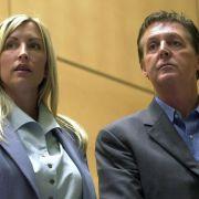 Eine der hässlichsten Scheidungsschlachten lieferten sich Heather Mills und Paul McCartney. Sie waren nur wenige Jahre verheiratet. Als die Ehe 2008 offiziell beendet wurde, erhielt das Ex-Model 49 Millionen Dollar.