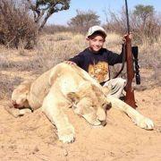 7-Jähriger posiert mit Gewehr und toter Löwin (Foto)