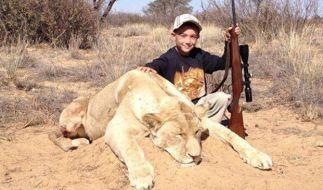 Tierschützer haben schockierende Fotos zu Tage gefördert: Allen Tarpley postete auf Twitter Bilder von seinen Kindern, die mit einer toten Löwen posieren. Die beiden Jungen sind erst sieben und neun... (Foto)