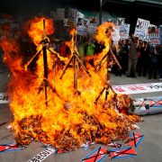 Minister mit Flammenwerfer verbrannt