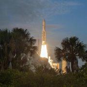 Ariane-5-Rakete bringt Telekom-Satelliten ins All (Foto)