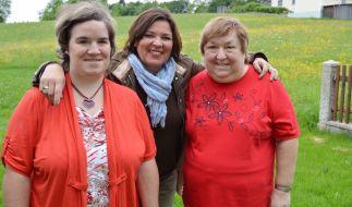 Beate (links) will mit Hilfe von Vera Int-Veen (Mitte) und Mutter Irene endlich den Richtigen finden. (Foto)