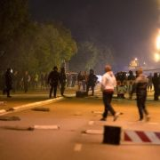 Gewalt eskaliert erneut! Polizisten beschützen Flüchtlinge (Foto)