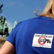 Protest gegen Lang-Lkw vor Brandenburger Tor (Foto)