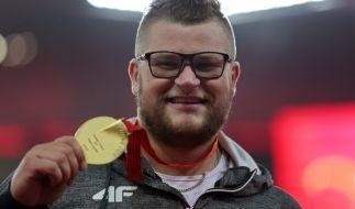 Hier hatte Pawel Fajdek seine Goldmedaille noch... (Foto)