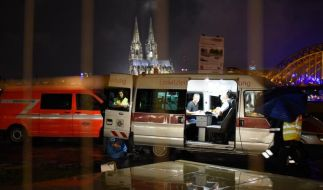 Einsatzfahrzeuge am späten Abend in der Nähe des Fundortes der Fliegerbombe in Köln. (Foto)