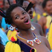 Hier tanzen tausende Jungfrauen für ihren König (Foto)