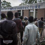 Frankreichs Regierungschef besucht Flüchtlinge in Calais (Foto)