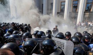Während einer Demonstration vor dem ukrainischen Parlament kam es am Montag zu einer Explosion. Unbekannte sollen eine Handgranate gezündet haben. Das Parlament stimmt derzeit über Zugeständnisse für die prorussischen Separatisten ab. (Foto)