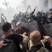 Mindestens ein Toter bei Gewalt vor Parlament in Kiew (Foto)