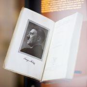 Adolf Hitler auf Weimarer Theaterbühne (Foto)