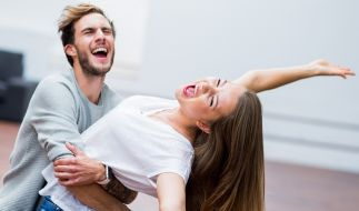 Sängerin Joelina Drews und ihr Freund Marc Aurel Zeeb posieren in einer Tanzschule in Köln. (Foto)